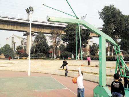 社区公园篮球架遭人为破坏 管理部门呼吁爱护公共设施