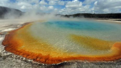"""黄石公园的火山温泉是人们""""窥视""""地下岩浆房的窗户之一。"""