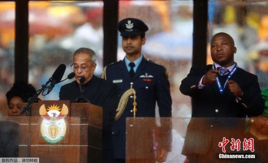 """曼德拉追悼大会上的""""手语翻译""""用手和胳膊做出的动作不能表达意思"""