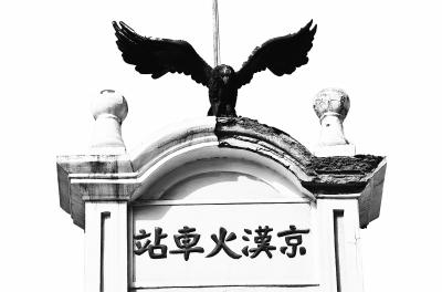 车站上振翅飞翔的苍鹰。