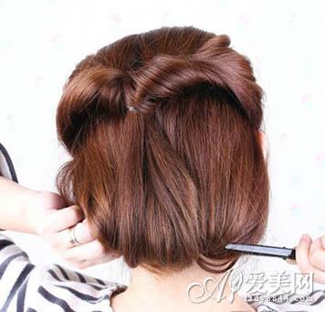 绕到颈部位置将海绵盘发器转成圆圈,用夹子固定好图片