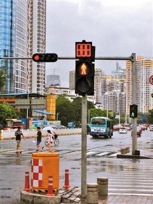 """近日,记者在路过新洲福强路口时发现,人行道的红绿灯像是""""中了风""""一样"""
