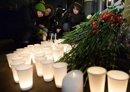 俄罗斯首都莫斯科,人们在伏尔加格勒驻莫斯科办公室外点燃蜡烛,悼念爆炸案遇难者
