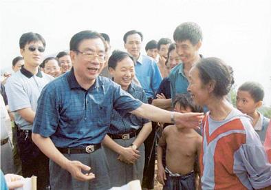 2000年8月5日,贺国强欢送即将外迁的三峡库区移民。