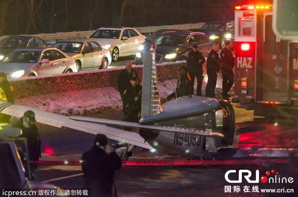 当地时间2013年1月4日,美国纽约,一架小型飞机迫降纽约市一条州际高速公路。机上和地面没有人员死亡。现阶段尚不清楚飞机因何实施迫降。警方说,公路上行驶的汽车虽没受损,但警方还是封闭了这一路段,紧急救援人员赶赴现场候命。 图片来源:Chad Weisser/东方IC