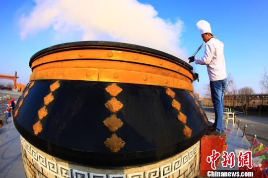 """""""西海第一锅""""直径4米,总重量达3吨。 马卫平摄"""