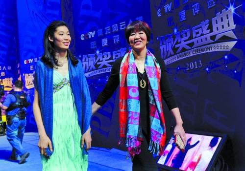 1月11日,中国女排主教练郎平(右)与队员朱婷在颁奖典礼红毯高清图片