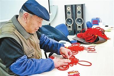 七旬老人爱编中国结