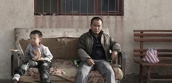 ③ 《无人区》剧照。宁浩在片中客串修理工。该片将以内地公映版本参赛柏林。