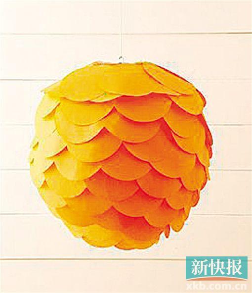 5具有中国传统韵味的灯笼是过年家居装饰中十分应景的装饰。除了古典灯笼的造型,市面上还流行一种纸糊的、圆形灯笼。这种灯笼外形现代简约,可以搭配多种家居风格,有灯笼的外形,但又不显得过于传统,即使在日常生活中也可以使用,更适合大众家庭。 不过,此类灯笼很多都是糊白纸,洁净有余而喜庆不足,无法衬托出新年的欢乐气氛。除了挥笔写大字、画画为其增光添彩,还可以用彩纸将它DIY成一款优雅而又时尚应节的新年灯饰。 准备材料:白色纸灯笼、彩色纸、剪刀、胶水。 制作步骤: 1 将彩纸(最好是比较薄,带有一定透光性的材质)剪
