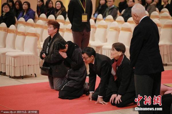 逸华(右二)行跪拜礼仪.图片来源:CFP视觉中国-邵逸夫追思会举