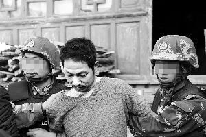 昨天,云南腾冲枪击案犯罪嫌疑人邵宗其(中)在当地被警方抓捕归案。 新华社 图