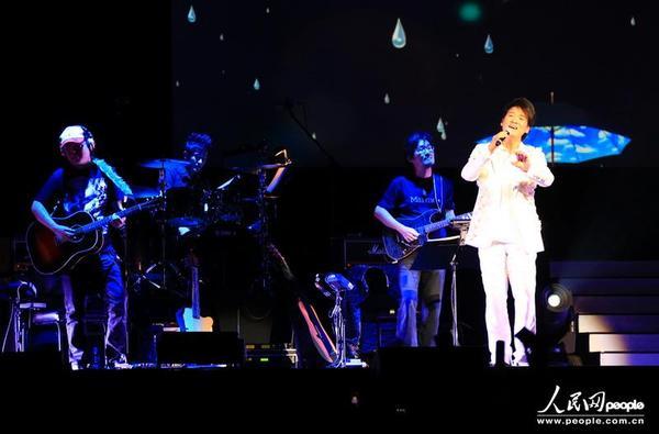 周华健不仅演唱了诸如《朋友》、《花心》、《风雨无阻》等经