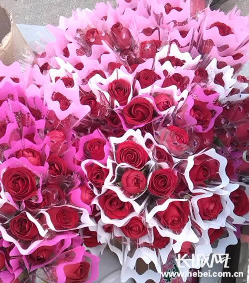 马上情人节 河北定州街边鲜花玫瑰卖得俏