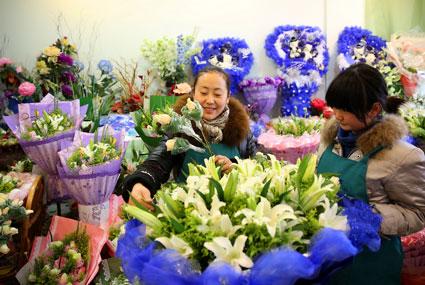 龙湖南路上某花店员工正在忙碌