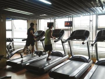 在健身房锻炼的人逐渐多了起来