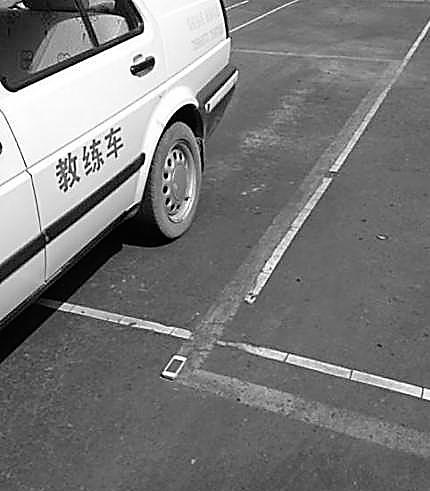 [倒车入库技巧口诀]手机当标杆练倒车入库