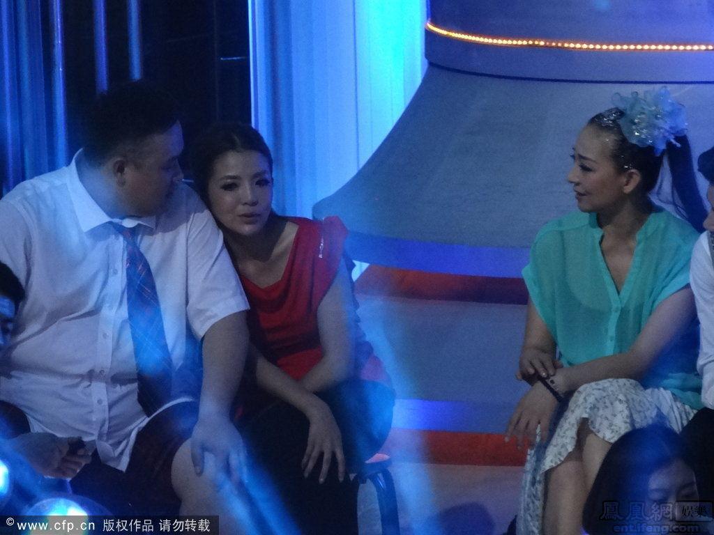 在台下休息时朱迅与舞伴轻松聊天.