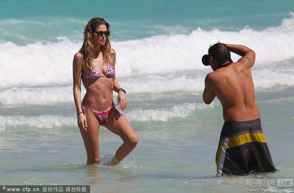 外国女星海滩度假引拍摄[高清大图]