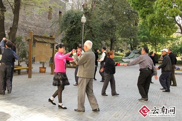 金马坊附近的小公园里,跳广场舞的人们。