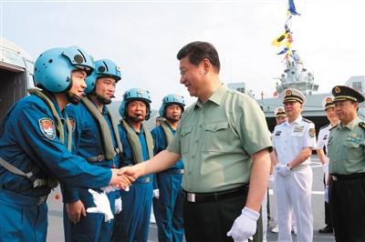 2013年4月,习近平视察海军驻三亚部队,在井冈山舰上与舰载直升机飞行员亲切握手。 新华社发