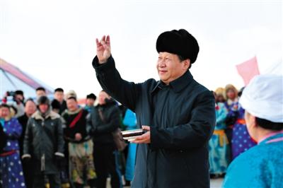 """今年1月27日,内蒙古冬季那达慕""""五畜祈福""""仪式上,习近平按照蒙古族习俗,祝福来年风调雨顺,人民幸福安康。 新华社发"""