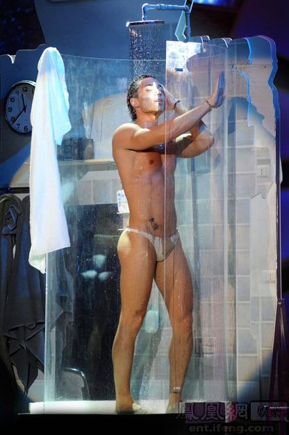 国外裸男包包秀动图