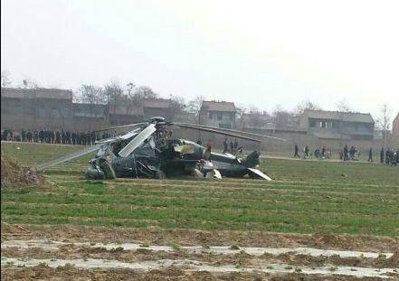 陕西渭南一架直升飞机坠落农田(图)