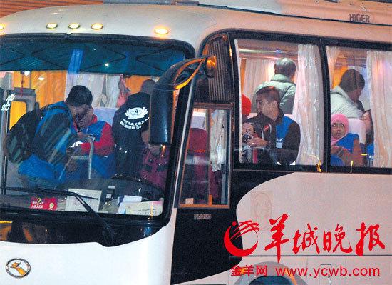 马航失联航班部分中国乘客家属乘飞机前往吉隆坡