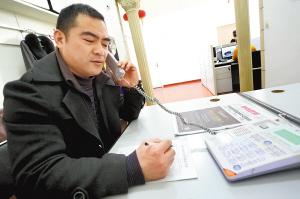 徐州质量监督管理局相关部门负责人接听热线 晨报记者 吕品 摄