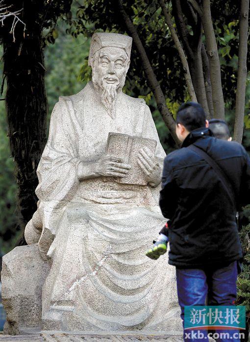 西安市大雁塔广场的孙思邈雕像