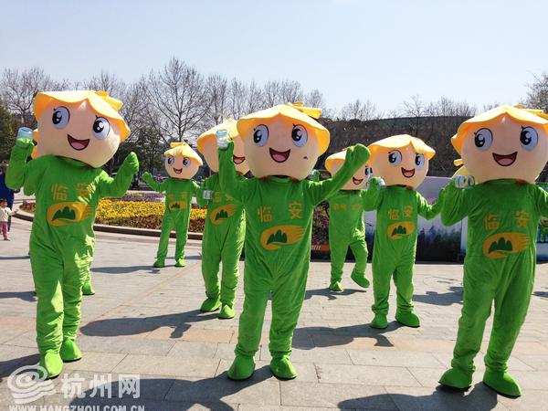 凤凰旅游  杭州网讯 3月21日,西湖迎来了一群可爱的氧吧宝宝,他们跳着