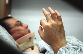 3月10日,50岁的法官谭宜欣躺在病床上,他被同事踢断三根肋骨,希望通过法律途径来维权。图/记者刘洁src=