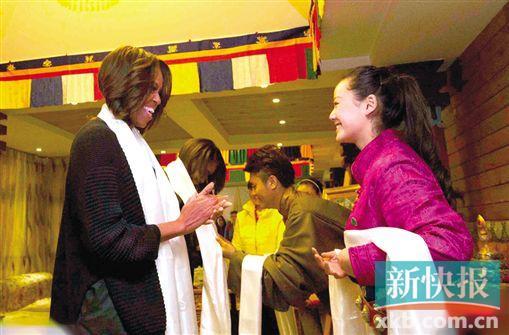 米歇尔/米歇尔在成都一间藏族餐厅就餐,获赠哈达。(中新)...