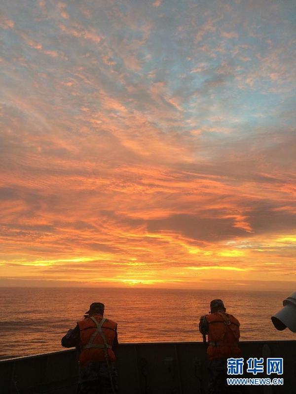 3月29日,中国海军在井冈山舰上眺望海面。新华社记者白瑞雪摄