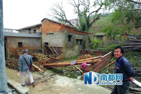 4月1日下午,鹤山市宅梧镇伏村,一户土墙房被风吹倒.