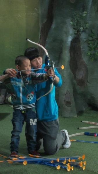 兰州欣雨星儿童心理发展中心的自闭症孩子在学习射箭 记者 刘怡麟 实习生 段彩萍摄