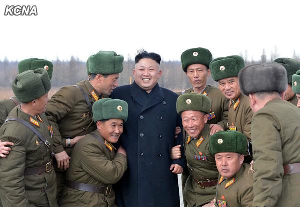 金正恩乘飞机赴白头山参加誓师大会,与联合部队指挥员合影留念。崔龙海等陪同前往。(朝中社图片)