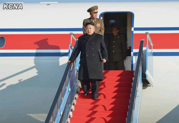 金正恩乘飞机赴白头山参加誓师大会,崔龙海等陪同前往。(朝中社图片)