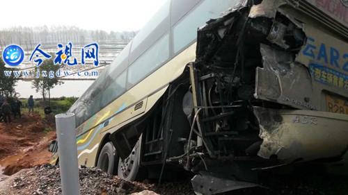 沪昆高速昌樟段12车连环追尾 已造成3人死亡