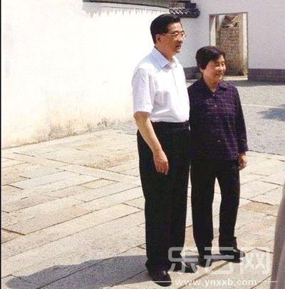 """胡锦涛对夫人刘永清说""""不要站着,来,坐下,我们一起来喝杯家乡茶""""。"""