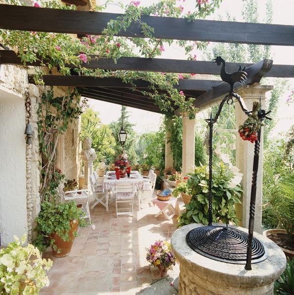 建筑:让花园与建筑相匹配。重复使用相同的主题、外形、颜色、式样及建筑材料,通过使用院子、平台、乔木、阳台、围栏及其它东西将建筑融入花园。