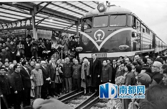 1979年4月4日,中断30年的广九直通车恢复开行。时任港督麦理浩携夫人出席通车仪式,并乘首车返回香港。
