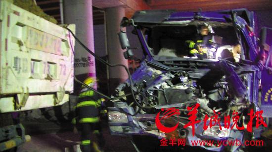 路段高速桥下,两辆泥头车相撞,一名司机受伤被卡后获救.据了解,