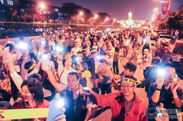 民进党组织反核行动声援林义雄,3千人高举手机上凯道。(台媒图)