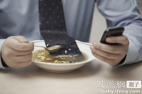 警惕:吃饭玩手机,宝宝得营养不良?|玩手机|营养
