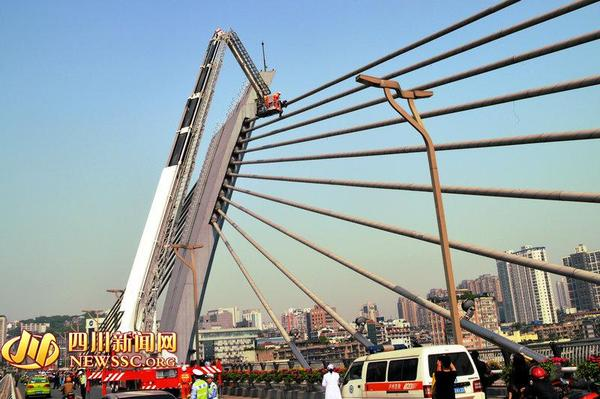 高清图—泸州国窖大桥斜拉杆顶端男子撒钱近万元