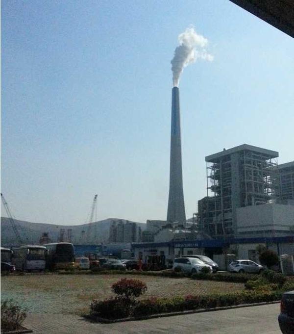 图片说明:运行中的国内第一根玻璃钢烟囱