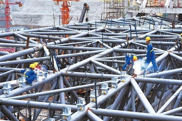 施工人员在焊接重庆北站候车大厅钢结构架