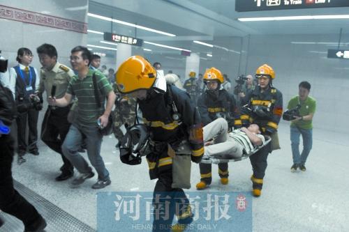 """六人排球全场站位图-地铁火灾演练现场,消防队员将一名男子""""救出""""   河南商报记者"""